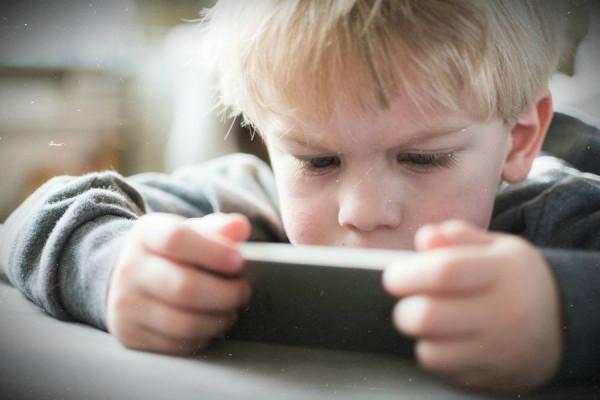 «Мама, мне скучно, дай телефон!» Как возникает зависимость от гаджетов у детей?