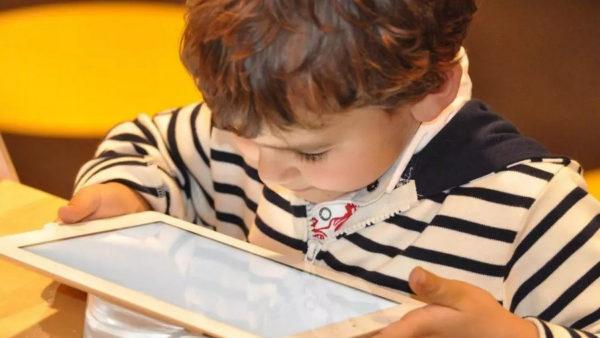 «Фабрика экранных идиотов»: Французские учёные о снижении интеллекта у детей